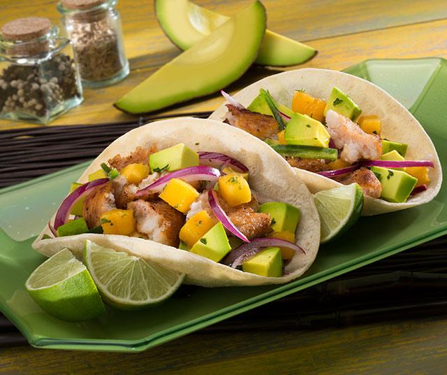 Tacos de Pescado con Salsa de Aguacate y Mango