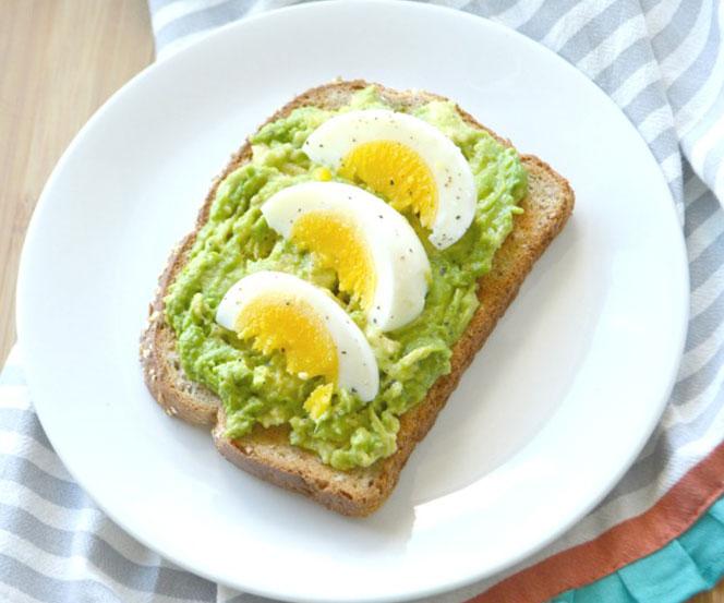 Tostada de pan Integral con aguacate y huevo